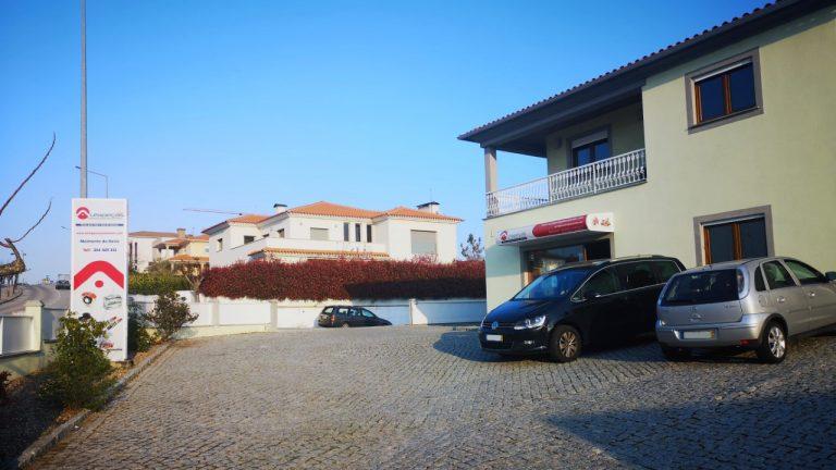 Entrada exterior e estacionamento